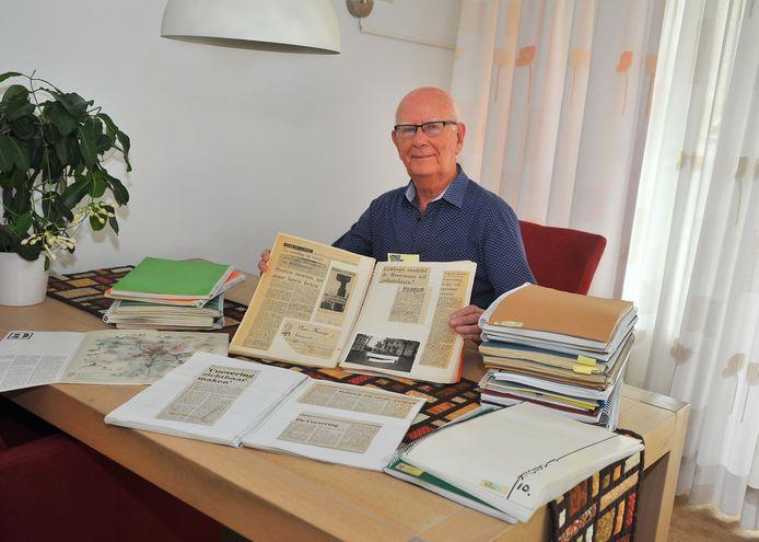 Harry Lefferts met zijn 16 plakboeken