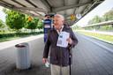 Hendrik Jan Nijland uit Rijssen arriveert op het station in Gronau en gaat op weg naar de loterijwinkel.