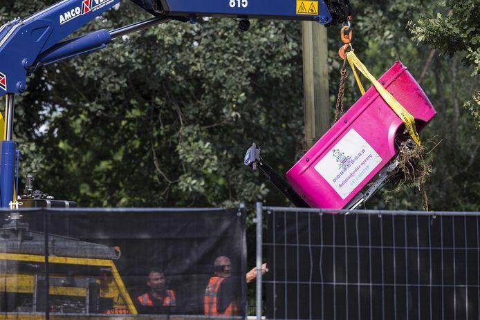 De elektrische bolderkar wordt geborgen na het ongeval op de spoorwegovergang in Oss.