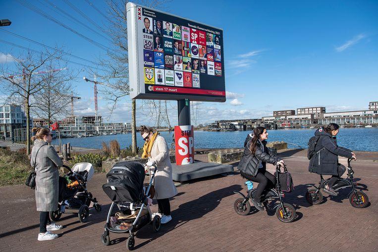 Een verkiezingsbord in IJburg. Beeld Guus Dubbelman / de Volkskrant