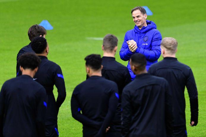 Bondscoach Frank de Boer van het Nederlands elftal tijdens de training.