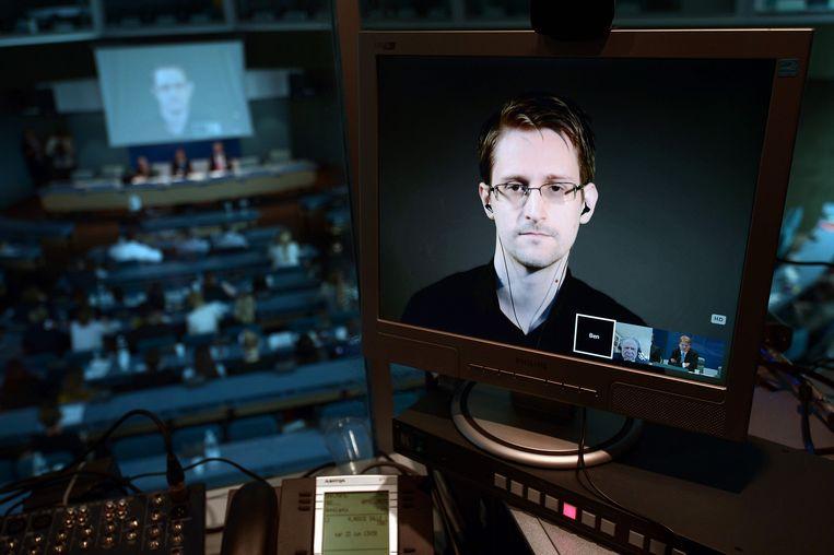 Edward Snowden in juni 2015 tijdens een videoconferentie vanuit Moskou met het Europees parlement in Straatsburg. Beeld AFP