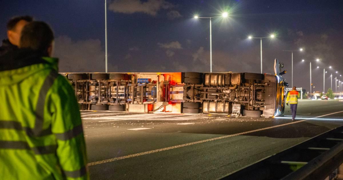 Gekantelde vrachtwagen blokkeert A2, enorme file richting Amsterdam.