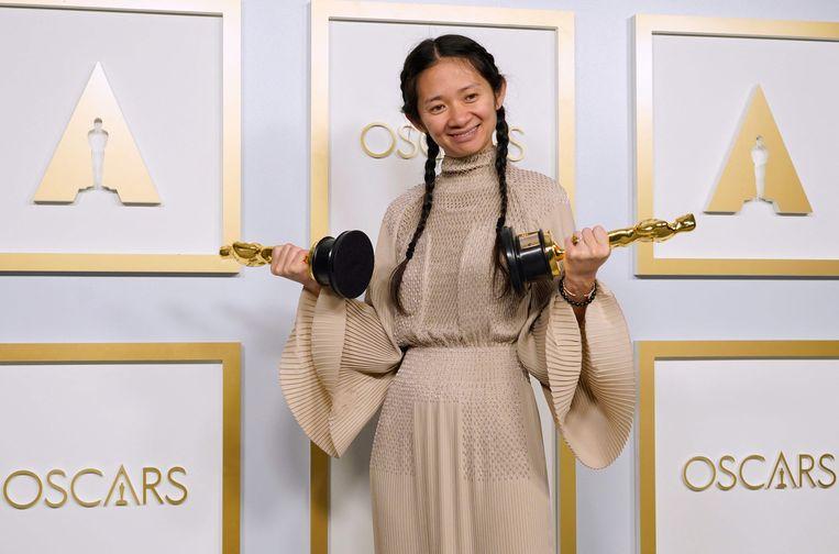 Zhao mocht zowel de Academy Award voor beste regisseur als die voor beste film in ontvangst nemen.  Beeld AFP