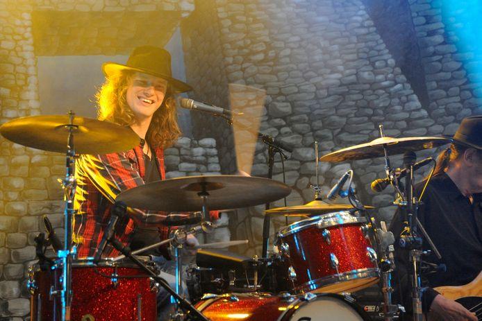 Timo Kelder achter een drumstel bij het optreden van Normaal in Bergentheim.