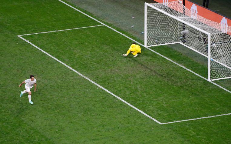 De Spanjaard Mikel Oyarzabal rent juichend weg na de winnende strafschop. Beeld Getty Images