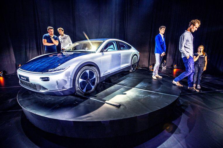 Presentatie bij het ochtendgloren van de nieuwe elektrische auto met zonnepanelen, Lightyear One, in Katwijk. Beeld Raymond Rutting / de Volkskrant