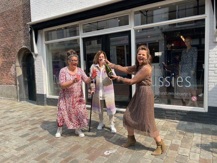 Marianne de Meulmeester (rechts) proost op de overname met de zussen Angela en Linda Durinck.