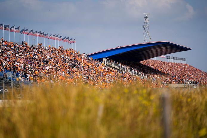 Zelfs op voetbaltribunes kleurt het Hollandse Legioen nooit zo oranje als vandaag.