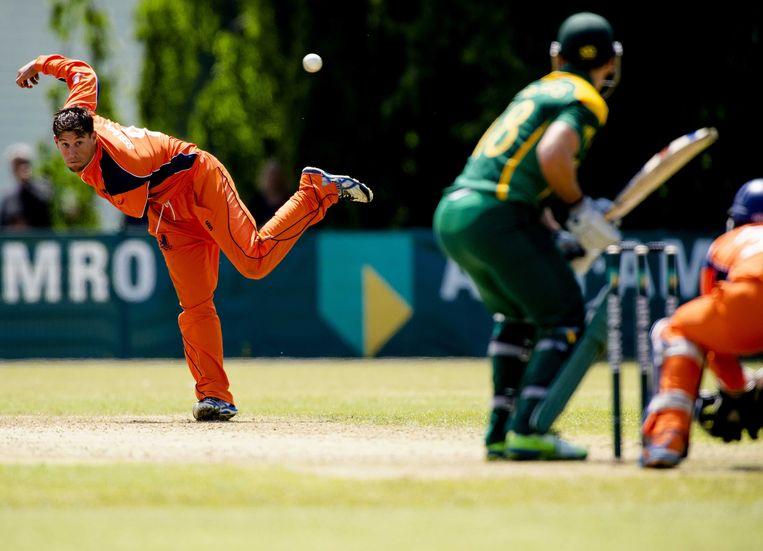 Bowler Pieter Seelaar van het Nederlandse cricketteam in een vriendschappelijke wedstrijd tegen Zuid-Afrika. Beeld ANP