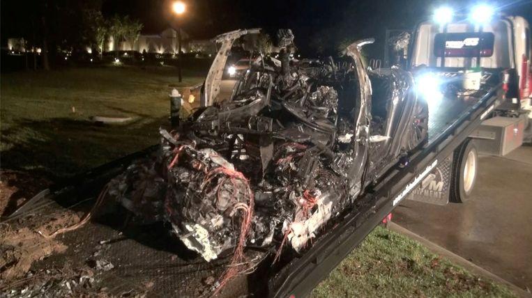 Het wrak van de gecrashte Tesla wordt weggehaald in Texas. Beeld via REUTERS