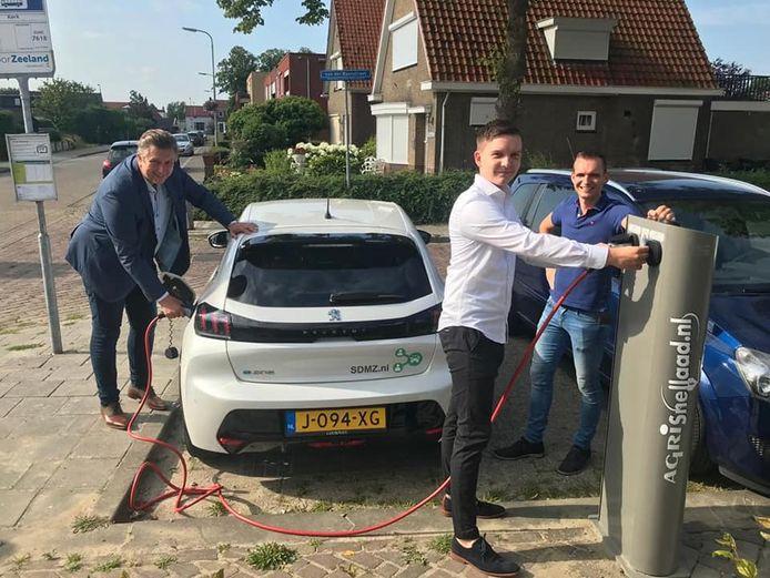 In Heinkenszand wordt gekeken naar de ervaringen met de deelauto's in Wolphaartsdijk, waar begin dit jaar werd gestart (foto). Bij voldoende belangstelling wordt het initiatief overgenomen.
