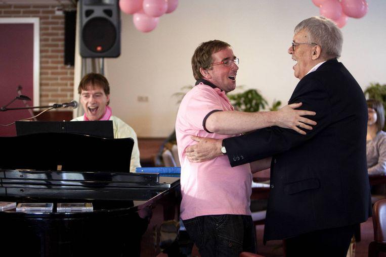 Activiteitenbegeleider Miquel Leon Garcia doet een dansje met de homoseksuele bewoner Rick Mus op de muziek van de pianist Hugo Huisman. Beeld
