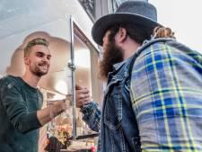 Treinmuzikant Nathan overhandigt geld persoonlijk aan 'reddende engel' Domien