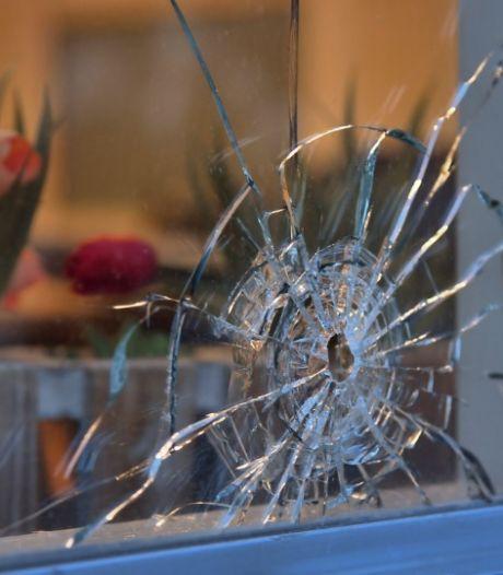Vlissinger (26) schoot met revolver in het rond op Stadhuisplein, dwars door raam van Arduin. Rechter: 'Zelfverdediging'