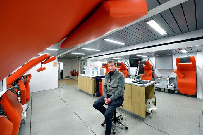 Arjan Akkermans in de mobiele bloedbanktruck.