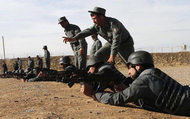 Afghaanse agenten laten zien wat zij kunnen tijdens schietles. Beeld epa
