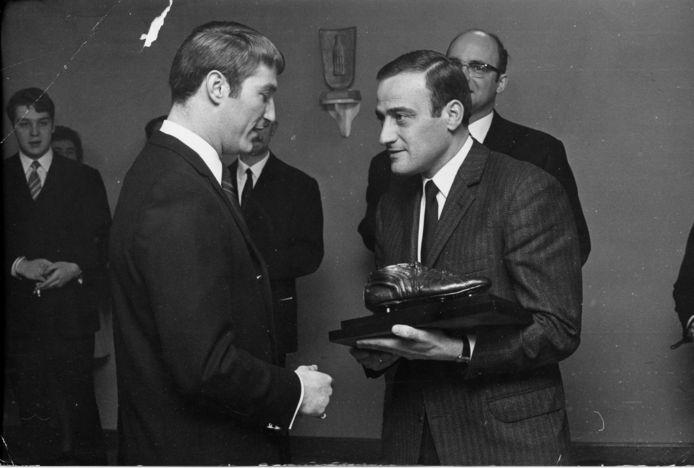 Lon Polleunis kreeg in '68 de Gouden Schoen uit handen van Jan Pulinx, de chef voetbal van Het Laatste Nieuws.