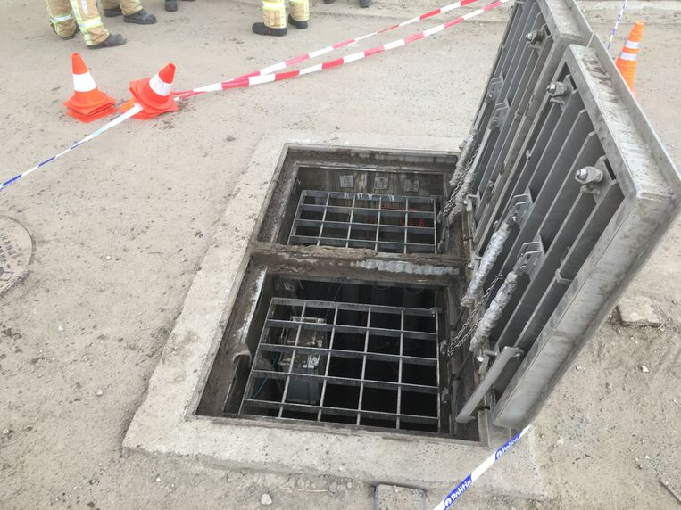 De put waarin de arbeider vijf meter naar beneden viel. Het rooster werd teruggelegd uit veiligheidsoverwegingen.