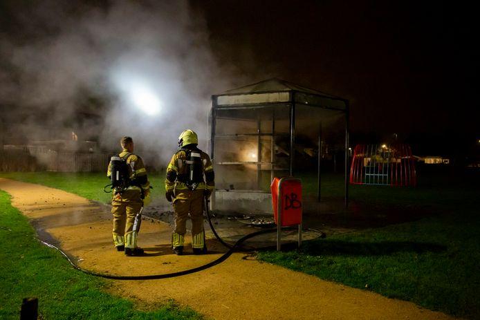 De brandweer aan het werk aan de Flaneerdijk.