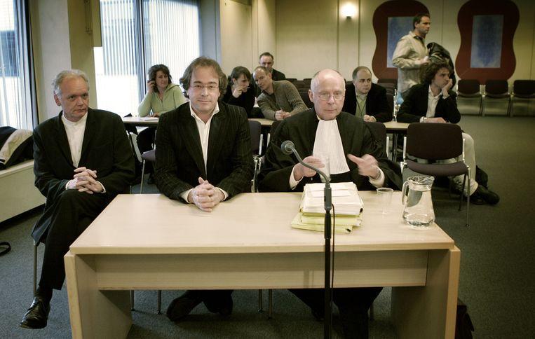 Oud-NOS Journaal-hoofdredacteur Hans Laroes (M) in de rechtbank in Amsterdam tijdens het kort geding dat Charles Groenhuijsen aanspande tegen de NOS. Beeld anp