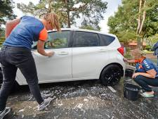 Geen bal maar spons: dames Zwemclub Losser trainen armspieren met auto wassen