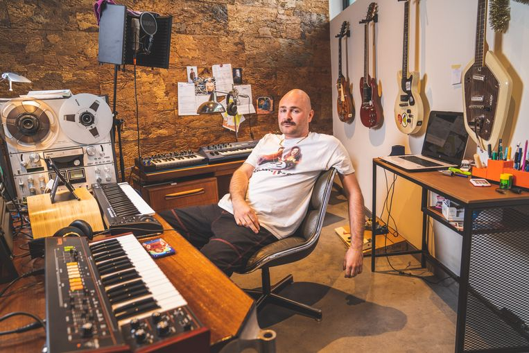 Simon Platteau, alias Willy Organ, in zijn studio.