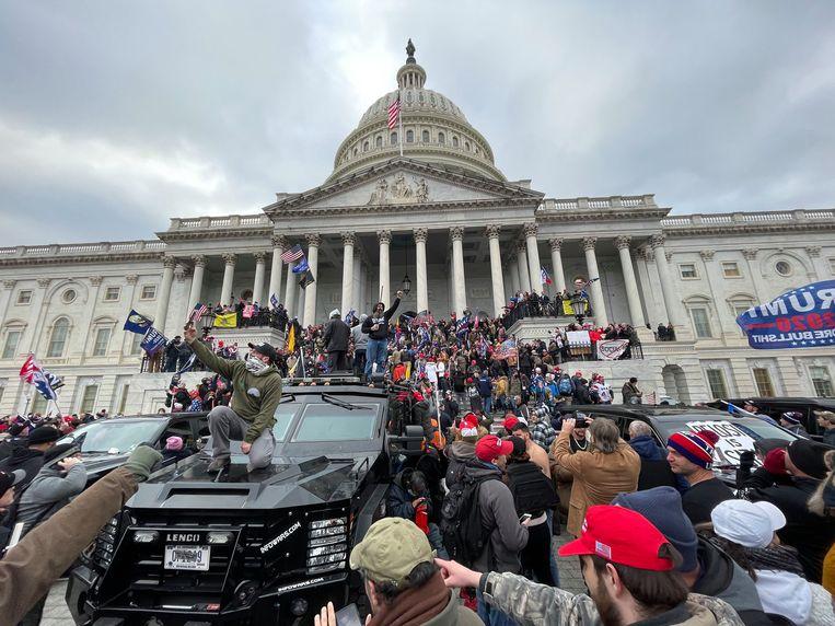 Dat de bestorming van het Capitool door zoveel mensen werd gefilmd, zou een alibi worden voor de Republikeinen: die trachtten de gebeurtenissen goed te praten door te zeggen dat het om toeristen ging. Beeld BELGAIMAGE