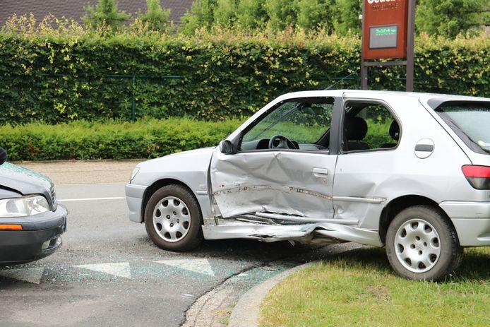 De Peugeot is waarschijnlijk total loss.