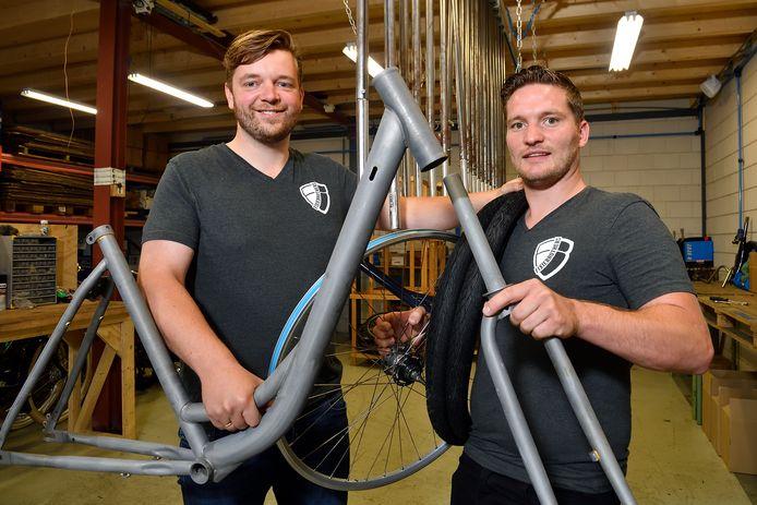 Yannick van Liefland en Tamor Hartogs (rechts) met het frame van de Amersfoort fiets.