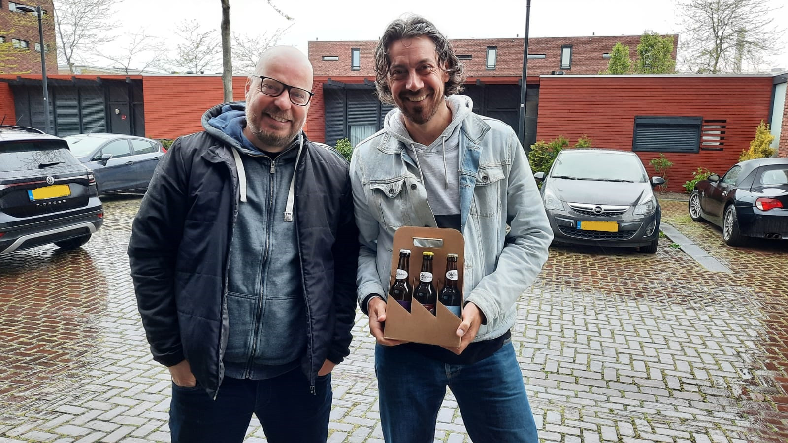 Laurens Ubert en Boudewijn Goossens maken deze zaterdag een tocht door Nederland om bier af te leveren