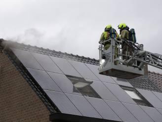 Bliksem treft nok van dak in Sinaai: isolatie vat vuur, gevelstenen breken los