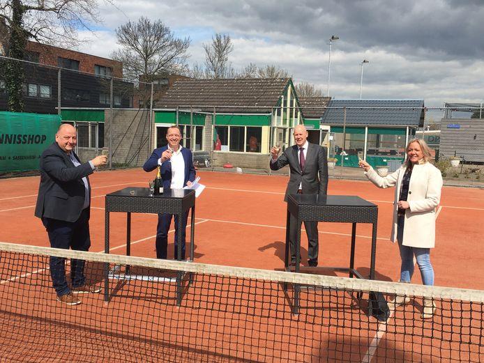 Bestuurders van tennisclub en gemeente heffen het glas op het bereikte akkoord.