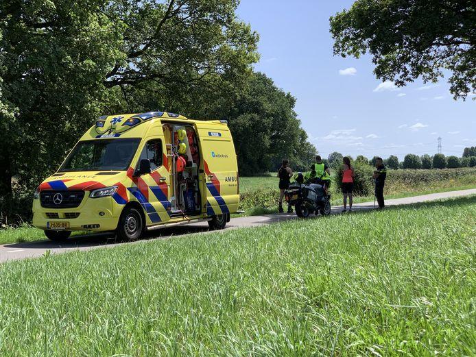 Een wielrenster is naar het ziekenhuis gebracht na een aanrijding met een rolschaatsster op de Wehlse Dijk bij Laag-Keppel.