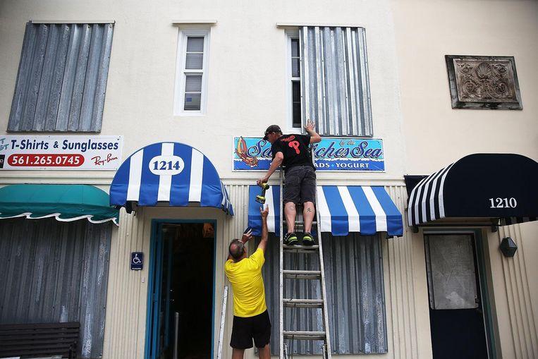 Uitbaters van een restaurant in Florida maken hun restaurant 'orkaanproof' Beeld afp