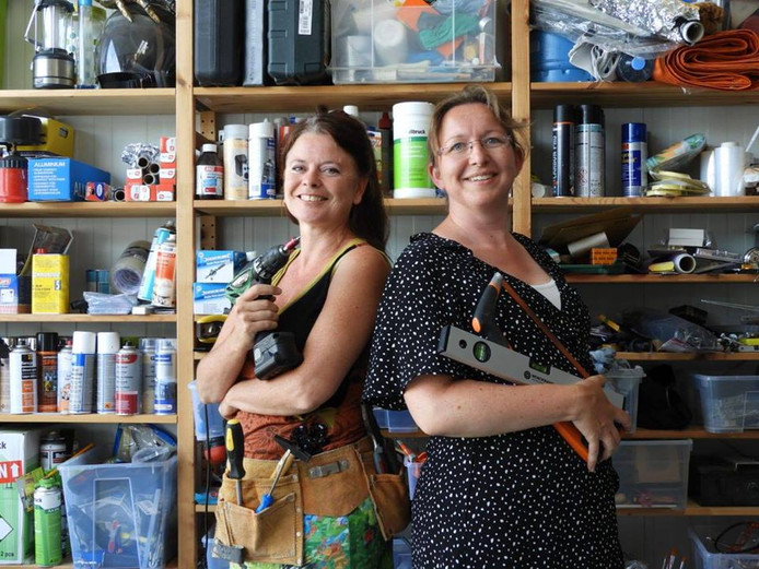Bianca Runge (l) en Esther Splinter geven kluscursussen voor vrouwen.