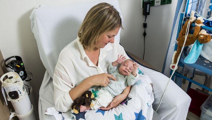 Tanja Kuijper met haar pasgeboren zoontje Cas.