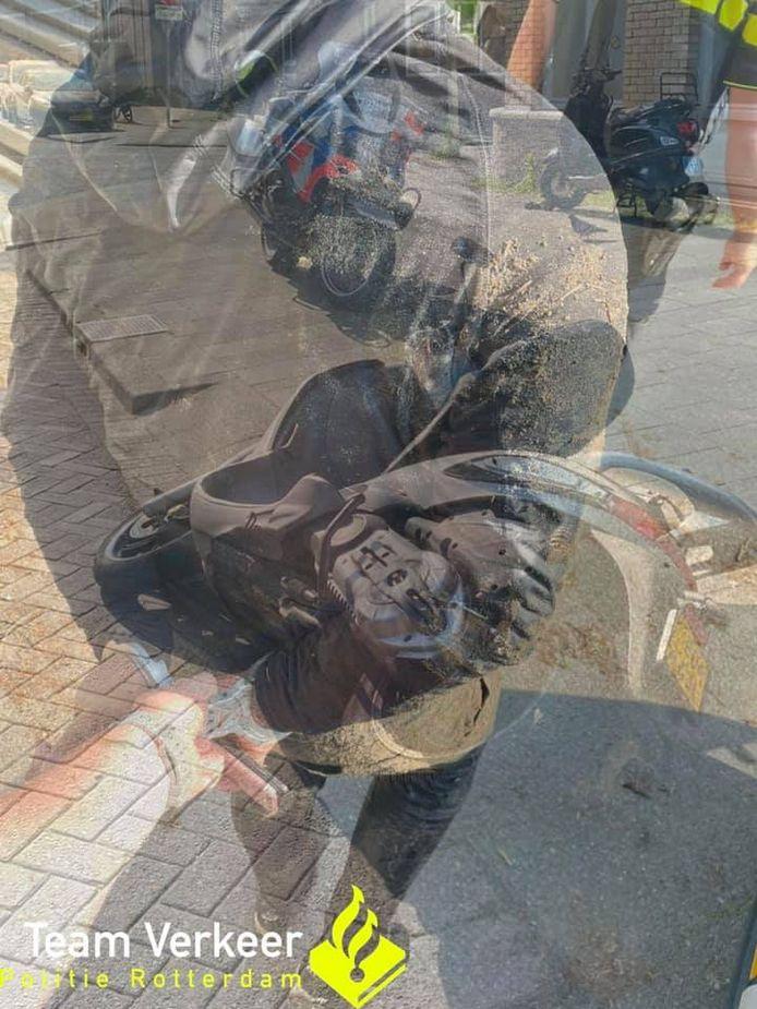 De jongen (16) probeerde te vluchten voor de Rotterdamse verkeerspolitie. Zonder succes: hij werd staande gehouden.