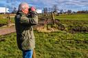 Nonnekes tuurt door zijn verrekijker om te checken of hij nog meer (nesten van) weidevogels kan spotten vlakbij de drukke provinciale wegen N212 (Woerden-Mijdrecht) en N201 (Uithoorn-Vinkeveen).