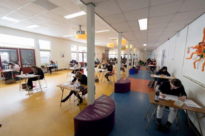 Leerlingen van het Lingecollege doen coronaproof examen, hier op archiefbeeld.