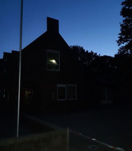Alerte buurtbewoner hoort alarm van school en rent achter inbrekers aan in Overloon