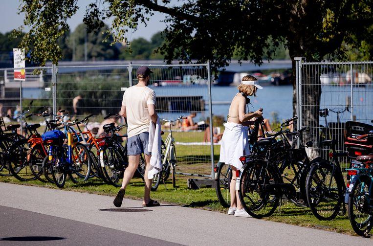 Hekken om bezoekersaantallen te reguleren bij park Somerlust aan de Amstel.  Beeld Hollandse Hoogte /  ANP