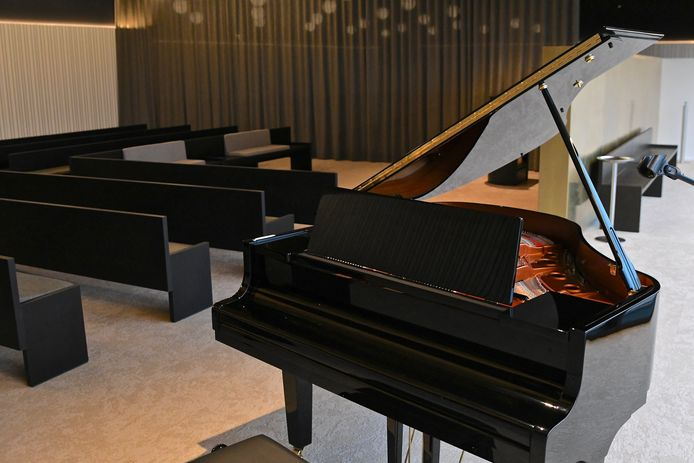 De aula is uitgerust met een vleugelpiano.