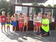 Nele (6) is 40.000ste bezoeker van zwembad Lopik