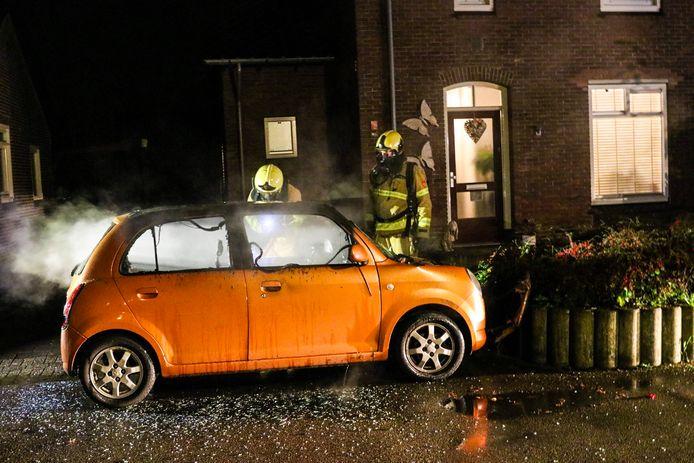 De brandweer kwam ter plaatse voor de autobrand op de Ganzenweg.