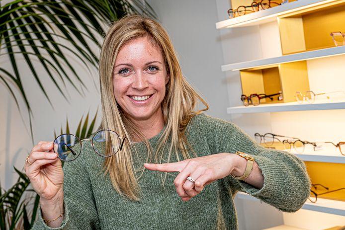 Charlotte Wyseur  van Optiek Lunette schenkt tijdens 'White Friday' tien procent van de aankopen aan Vélo Afrique.