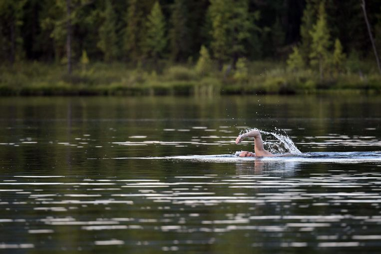 TOPSHOT - Russian President Vladimir Putin swims during his vacation in the remote Tuva region in southern Siberia. The picture taken between August 1 and 3, 2017. / AFP PHOTO / SPUTNIK / Alexey NIKOLSKY Beeld AFP