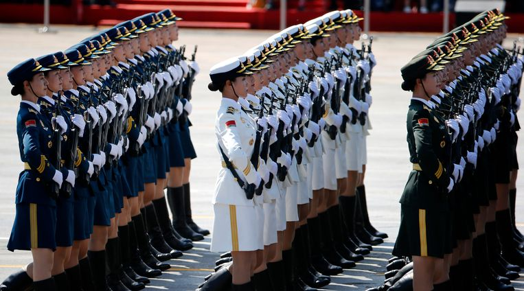 Chinese female military personnel march during a parade commemorating the 70th anniversary of Japan's surrender during World War II held in front of Tiananmen Gate, in Beijing, Thursday, Sept. 3, 2015. The spectacle involved more than 12,000 troops, 500 pieces of military hardware and 200 aircraft of various types, representing what military officials say is the Chinese military's most cutting-edge technology. (AP Photo/Ng Han Guan) Beeld null