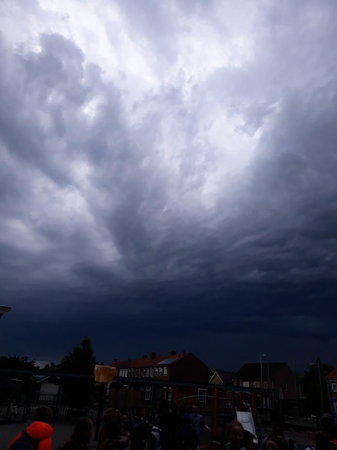 Naderent onweer in Klundert