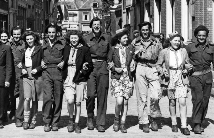 In mei 1945 vierden geallieerde soldaten de bevrijding met de inwoners van Harderwijk. Deze foto is genomen in de binnenstad.